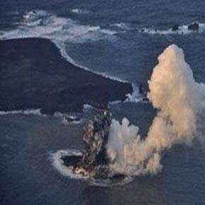 Nacé una isla en Japón por erupción de volcánsubmarino