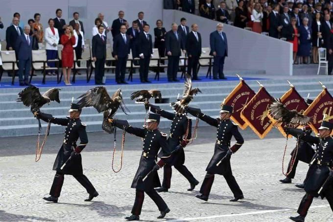 desfilan militares en francia