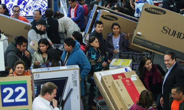 MÉXICO, D.F., 13NOVIEMBRE2015.- Inició la quinta edición del Buen Fin en el país, una versión mexicana del Black Friday en Estados Unidos. Debido al incremento del dólar la estimación de ganancia, es mucho menor que en años anteriores. En su mayoría, los compradores acudieron, únicamente para adquirir pantallas inteligentes de alta definición, ya que el 31 de diciembre es la fecha limite para que México entre a la era digital con el apagón analógico, de acuerdo con la reforma en telecomunicaciones aprobada por el Senado de la República. FOTO: ISABEL MATEOS /CUARTOSCURO.COM